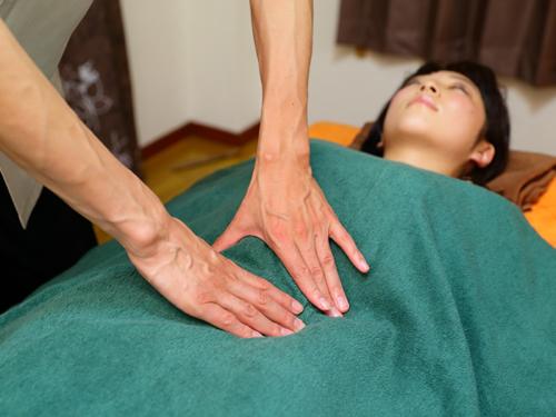 横臥する女性に施術